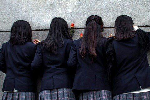 中女中學生脫去裙子後,大人們到底在害怕什麼?