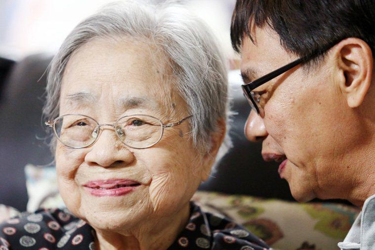 王東明是國學大師王國維的女兒,家中大大小小的時鐘有七、八個,起居照著時鐘走,每天...