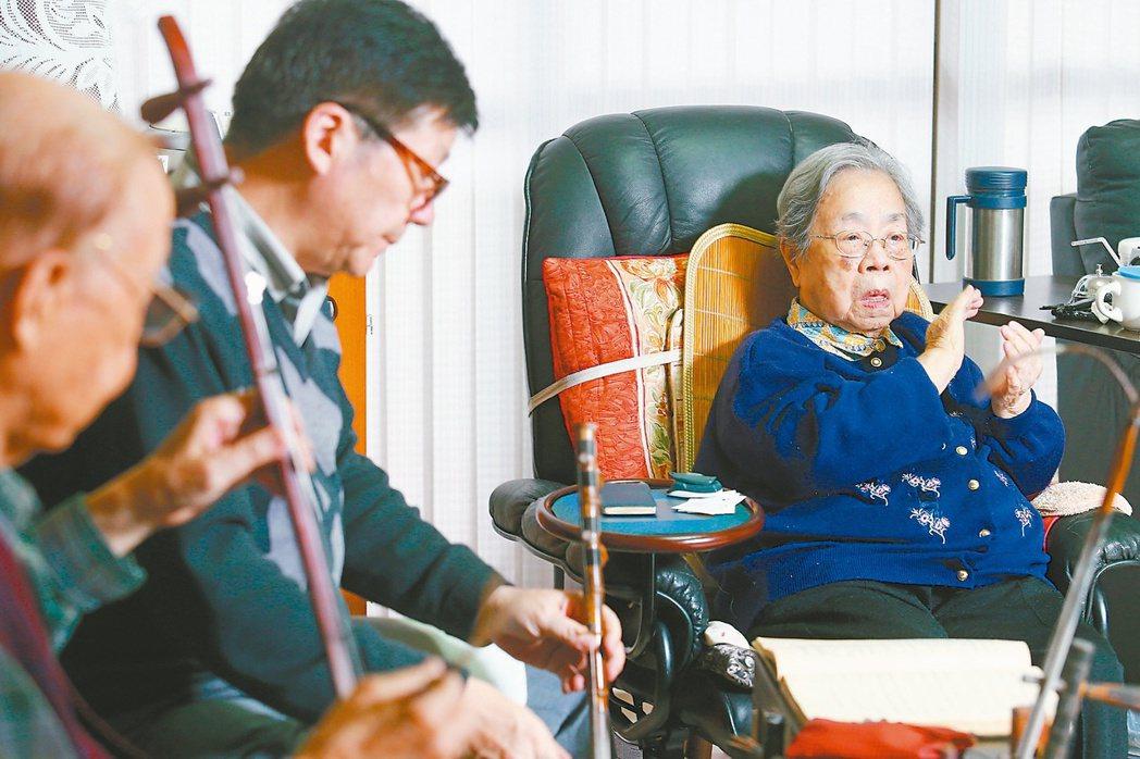 王東明老奶奶(右)最大的休閒娛樂就是與老友們唱唱京戲。 記者王騰毅/攝影