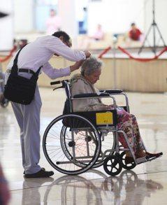 頂老族怎照護…診病與防失能 雙管齊下