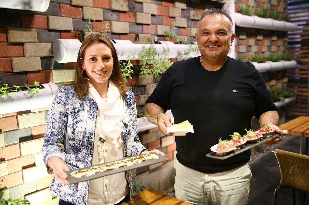 Nanka餐廳經理Juan Carlos Valdivia夫婦。 特派記者陳柏亨...