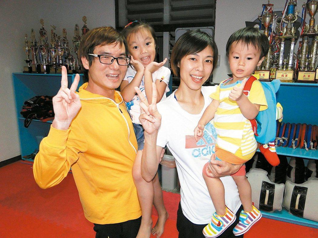 奧運跆拳金牌陳詩欣(右二)和先生董俊男(左),共同打造幸福家庭。 記者范振和/攝...