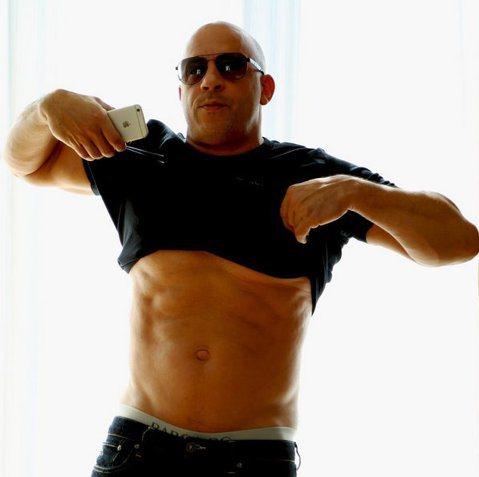 好萊塢男星馮迪索上周被拍到挺了個大大的脾酒肚,完美結實的八塊肌都不見了!讓大家好吃驚!事隔五天後,馮迪索在IG秀出自己的近照,只見他的大肚已經不見,而六塊肌線條也逐漸呈現出來,這驚人的甩肉功力,讓小...