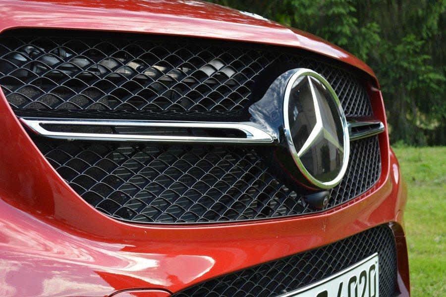水箱護罩和氣壩都採用跑車風格的蜂巢式網格,水箱護罩更比照賓士的GT超跑,中央放置...