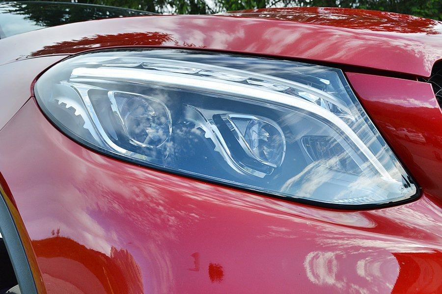 橢圓造型的LED頭燈組,也配上挑眉的LED光條,也讓整個車頭表情更顯得兇悍。