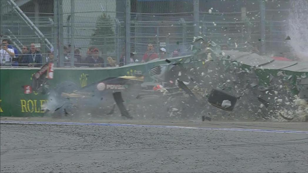 季後將離隊的蓮花車手Grosjean在比賽後段發生嚴重撞擊事故,所幸他仍能自己走...