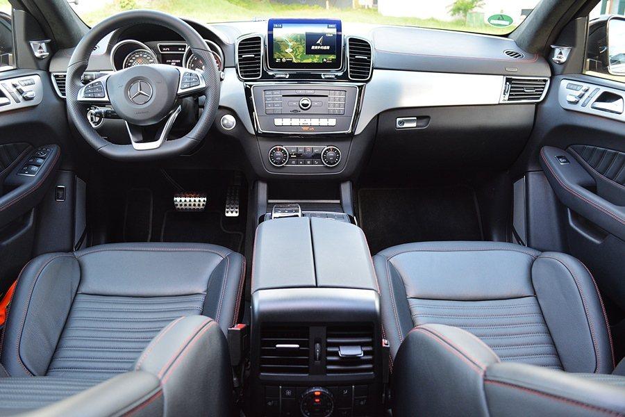 內裝不同於GLE車系的是,整個座艙呈現出類跑車化的氛圍,AMG的設計元素妝點在各...