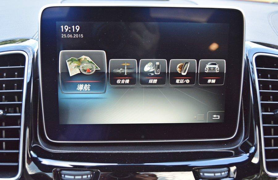 中控配置大型多功能彩螢幕,內建CMAND多媒體系統,而所有界面都可選擇中文化顯示...