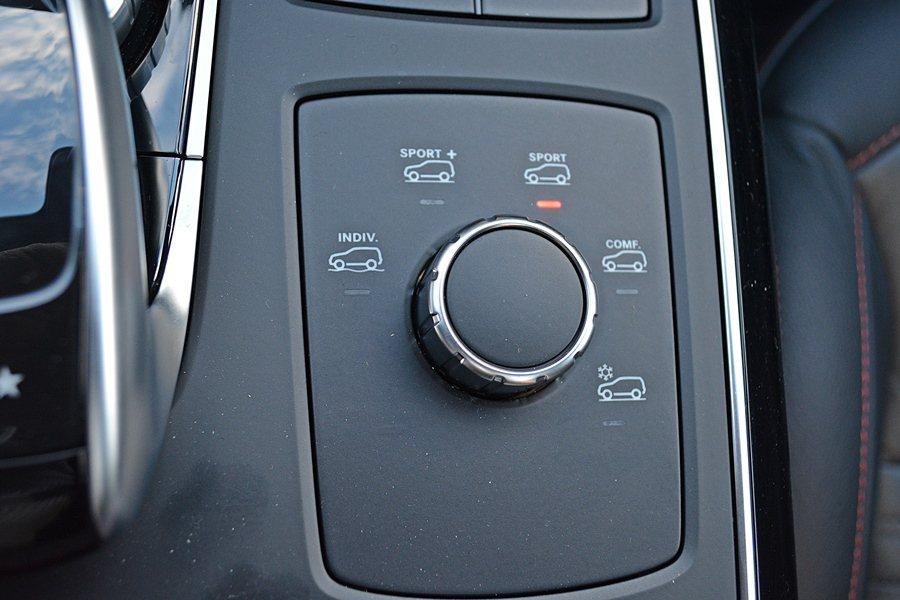中央鞍座上有Dynamic Select旋鈕可設定偏好的駕駛模式。