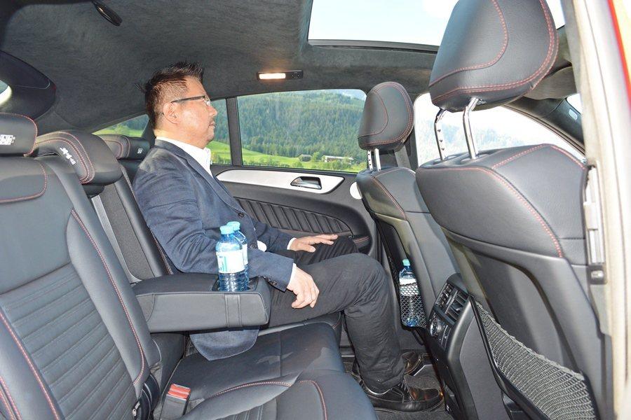 座艙前後的膝部和頭空間都算寬敞,即使為營造跑車風格,車頂中段下壓,但也沒有造成頭...
