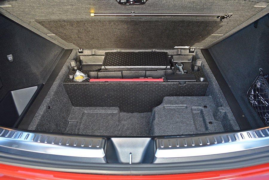 行李廂底板下方也有置物空間,可化零為整,方便收納。