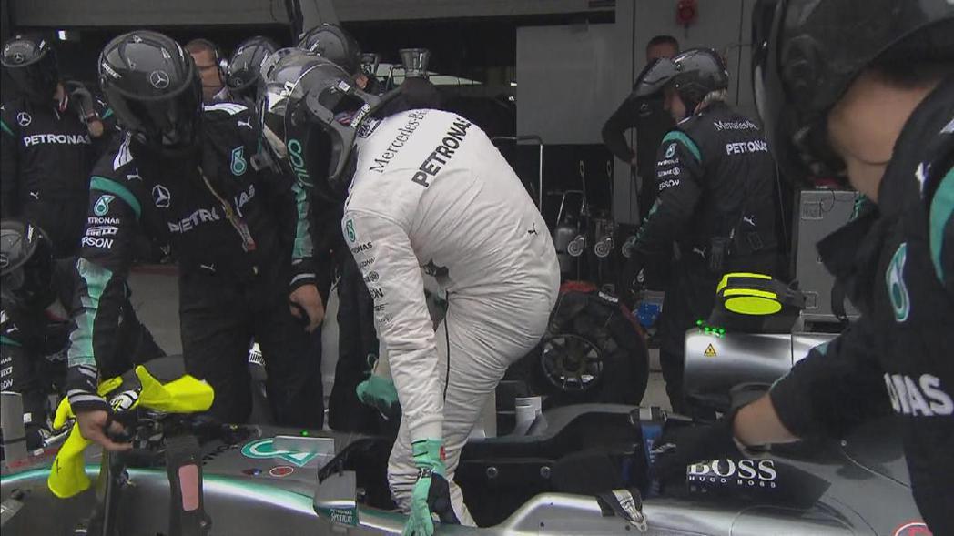安全車離場後,Rosberg的賽車卻發生油門機構故障,回到PIT檢查後飲恨退場。...