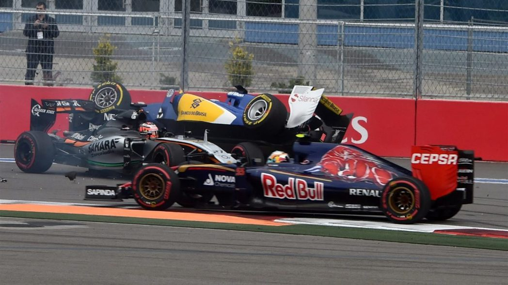 開賽第3圈就發生三車事故,引發安全車首次入場,所幸並無人員受傷。 摘自F1