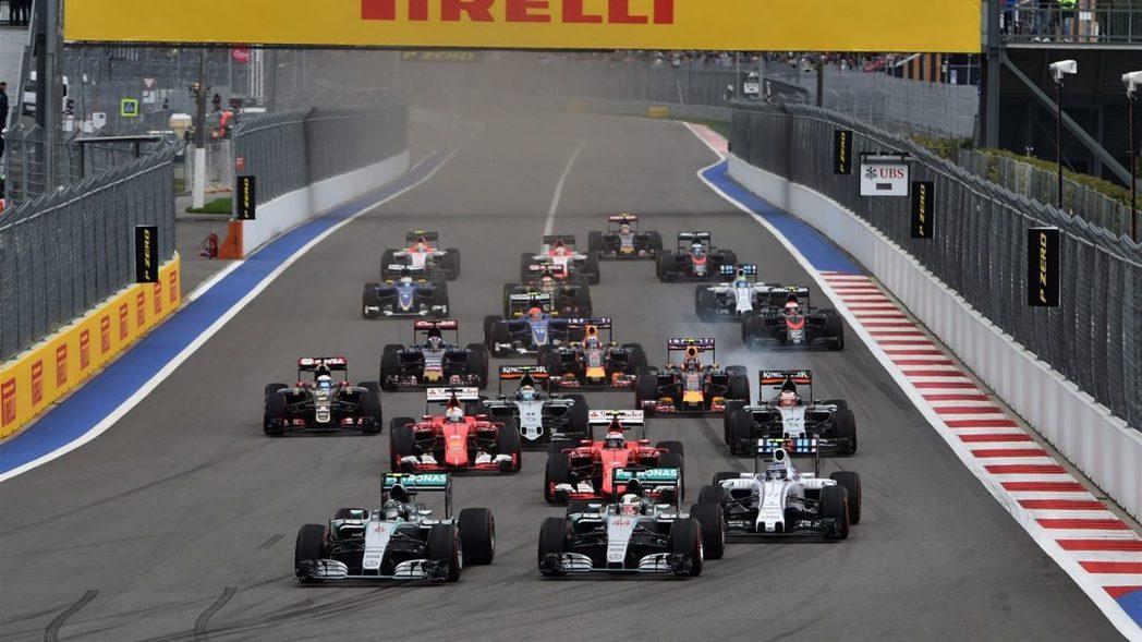 竿位起跑的Rosberg擁有一個漂亮開場,Kimi則從內線擠上第3位。 摘自F1