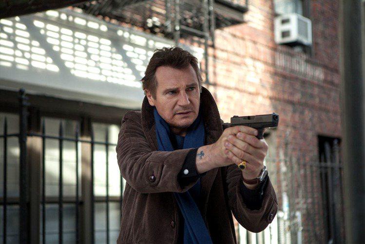 連恩尼遜在鐵血神探中扮演卜洛克筆下的退休警探馬修史卡德。圖/牽猴子提供