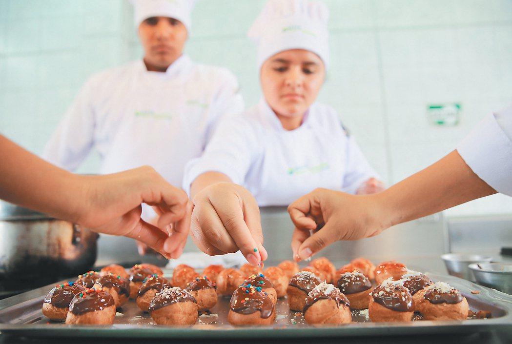 阿庫里歐和修道院共同成立Pachacutec廚藝學校,幫助貧童藉由廚藝訓練改善生...