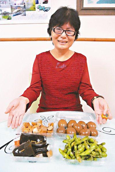 謝媽媽抗癌成功秘訣是滷製愛心滷蛋、豆干,送給豐原醫院醫護人員和育幼院小朋友,每天...