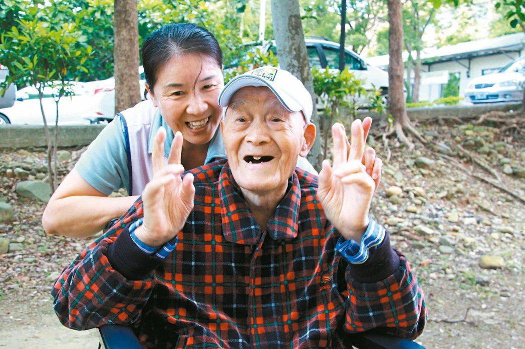 一百一十五歲楊之幹,個性隨和又愛笑,看護胡翠娥也喜歡和他相處。 記者陳雨鑫/攝影