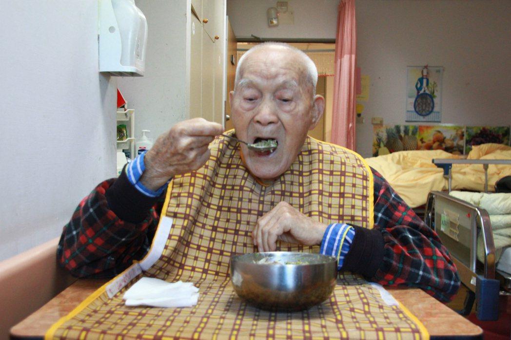 楊之幹雖然高齡115歲,身體仍相當硬朗,不需要他人餵食,自行可以吃飯,他說能活到...