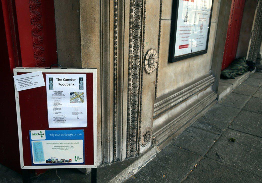 英國倫敦有的教堂前貼出「食物銀行」告示,希望大家捐贈食物,幫助需要的人,告示旁就...