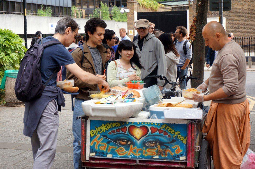 物價高昂的倫敦有不少團體供應免費餐點,有些是每天都到大學門口放飯,好讓窮學生每天...