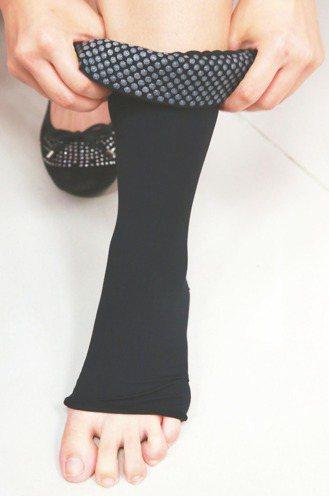 食藥署舉行醫用彈性襪記者會,工作人員示範如何正確穿著醫用彈性襪,才能達到改善靜脈...