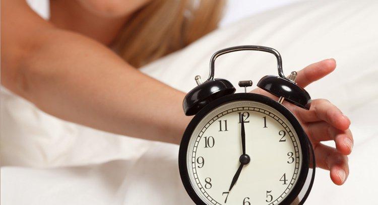 醒後先不要著急起身,最好躺幾分鐘,然後在床邊坐幾分鐘,最後再起身下床,讓身體有個...