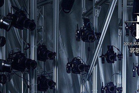 大陸名導郭敬明昨(13日)在微博放上了一組電影《爵跡》的海報,裡面共有9位大牌明星一同曝光,而TFBOYS成員王源也現身在這些海報中。照片中的王源面無表情地睜大眼睛,雙腿微開坐著,感覺霸氣十足!