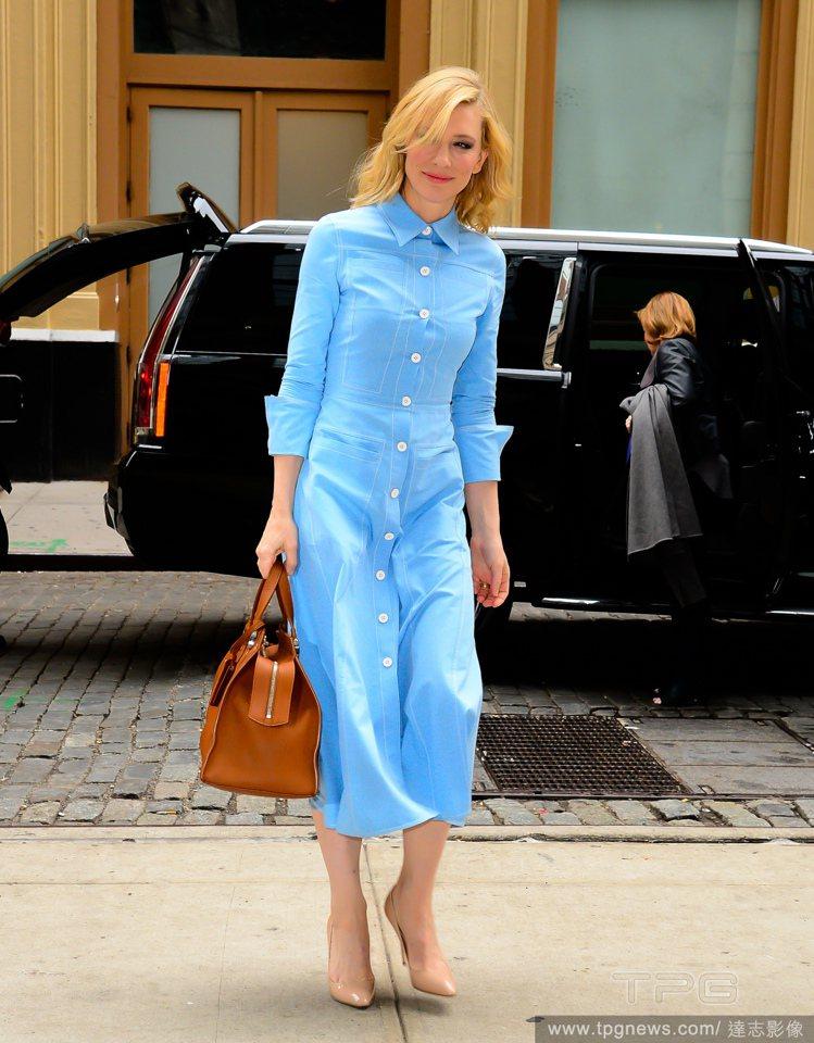 凱特布蘭琪日前穿一襲天空藍洋裝,展現優雅女人味。圖/達志影像