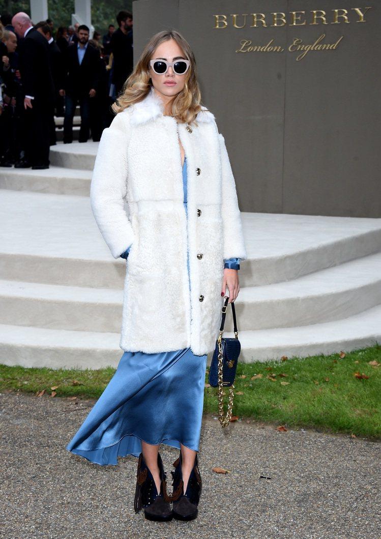 超模 Suki Waterhouse 以緞面長洋裝搭配白色翻領大衣,高雅又可愛。...