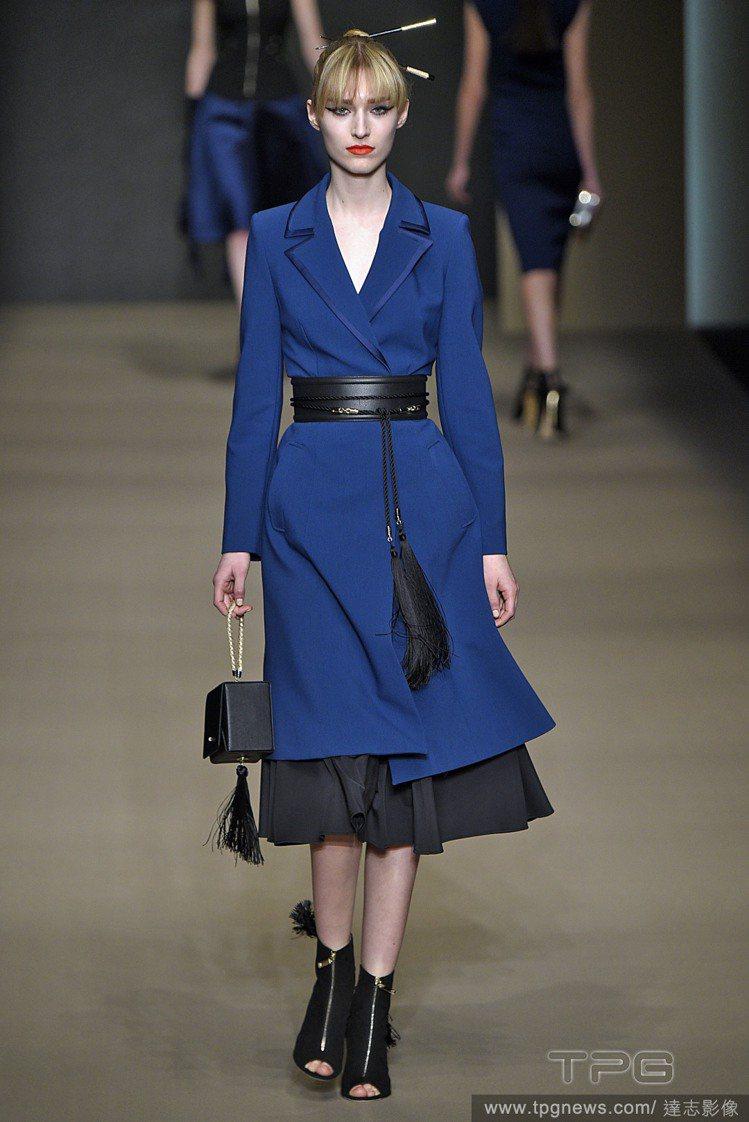 風衣繫上皮帶就變女人味洋裝了。圖/達志影像