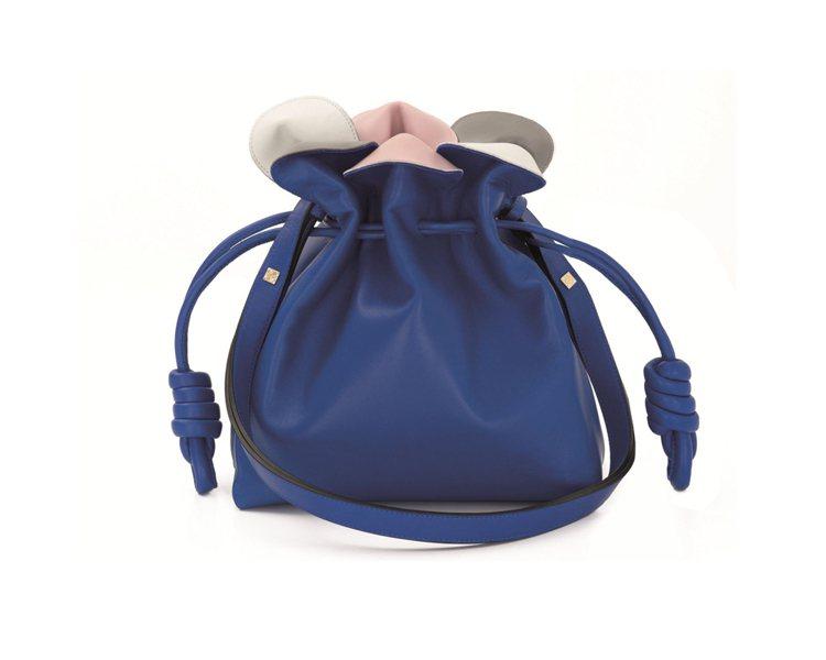 LOEWE Flamenco Petal 電光藍小型手袋NT$65,000。圖/...