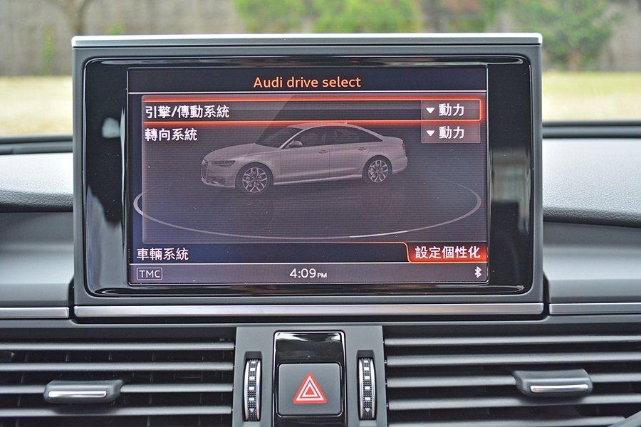 試乘的2.0 TFSI也標配AUDI Drive Select可程式動態系統,提...