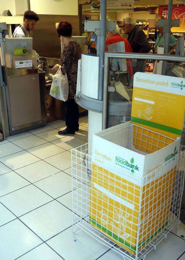 倫敦Waitrose超市前擺放著食物銀行捐獻箱。 特派記者曾吉松/英、法攝影