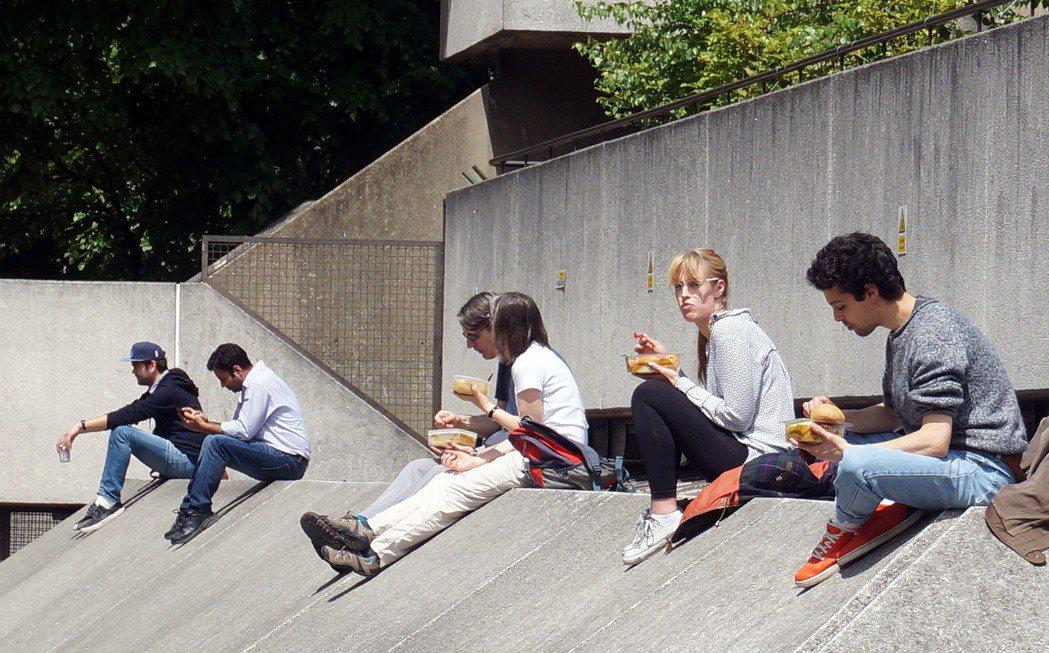 有的人就在一旁用餐。 特派記者曾吉松/英、法攝影