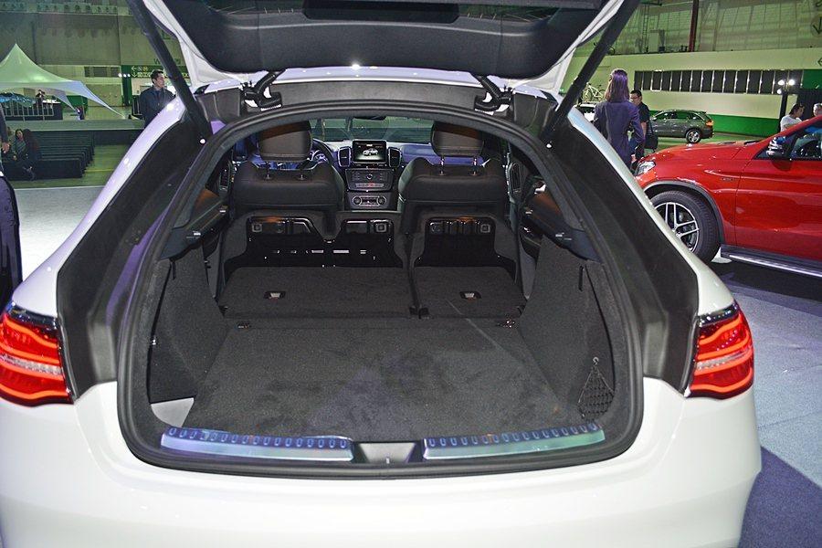 高性能跑旅GLE 63 AMG有大且夠深的行李廂,同也有彈性化空間,保有休旅車的...