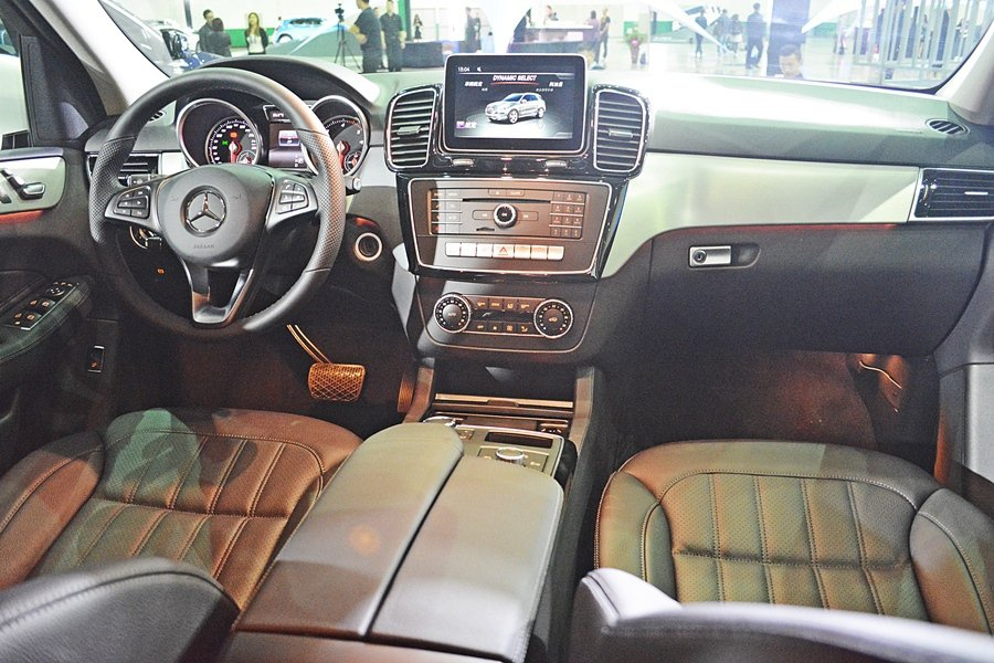 GLE車系內裝也變比以往奢華耀眼,有新的飾板和材料,像是Nappa皮革包覆,配備...