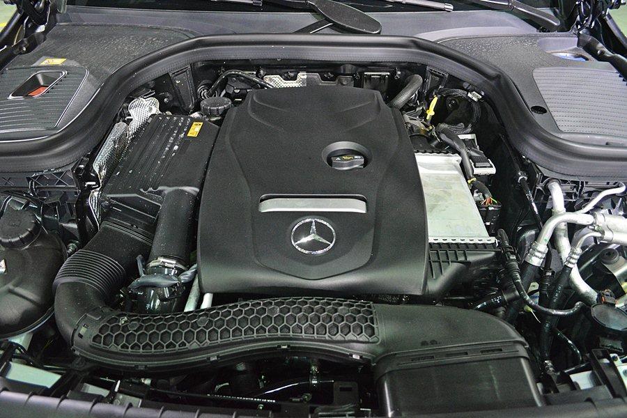GLC有 2.0升汽油引擎和2.2升柴油兩套動,圖為直列四缸柴油動力。  記者...