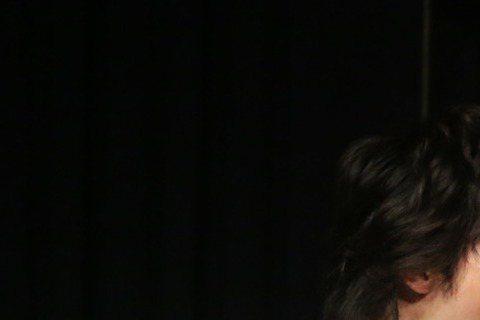 GJ蔣卓嘉與同門激膚樂團,14日在西門大河岸聯手舉辦「河岸聲現」演唱會,兩組人馬各飆經典曲,GJ還熬夜製作剛學會的糖心蛋,親自餵被挑中的5位幸運歌迷,激膚樂團送驚喜,首唱新歌「17」,大展迷幻華麗的...