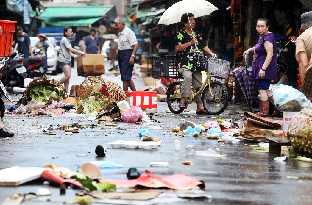 傳統市場內的街道,散落著滿地的蔬菜及垃圾。 報系資料照
