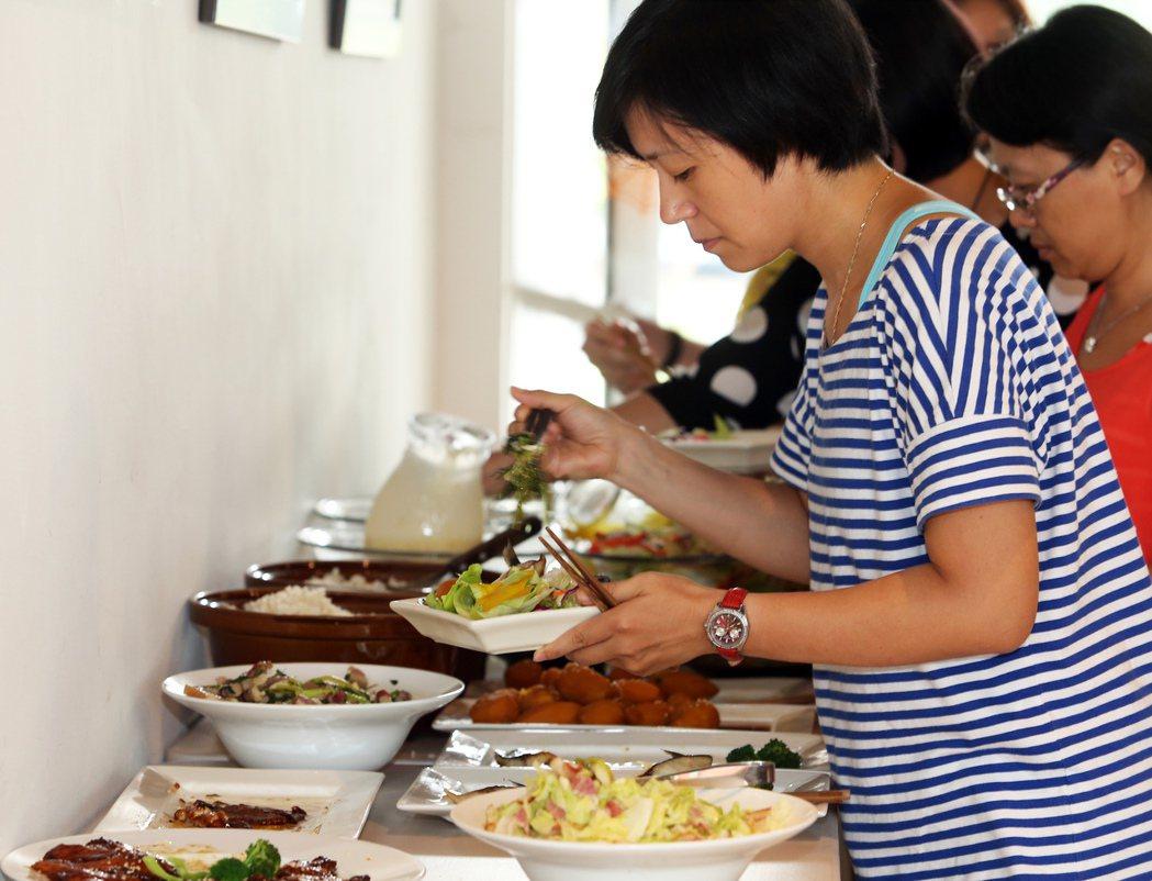 彩虹餐廳販賣無毒蔬果產品,也推廣自然飲食,減少食物過多加工。 記者劉學聖/攝影