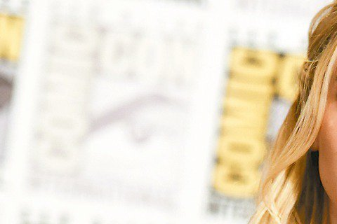 好萊塢男女星同工不同酬話題再延燒。「饑餓遊戲」女主角珍妮佛勞倫斯日昨在電子報上寫了一篇文章,抗議好萊塢男女星的片酬落差明顯,並得到其他演員如布萊德利庫柏、艾瑪華森和潔西卡雀斯坦的伸援。