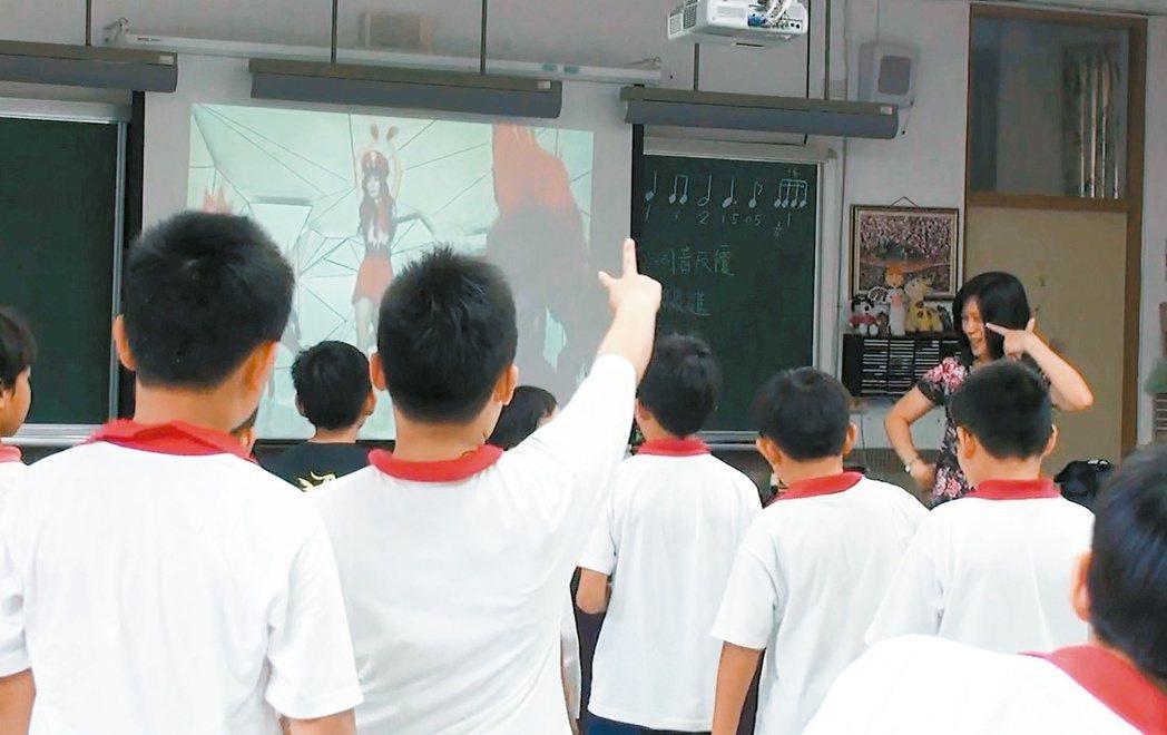 北市興華國小音樂老師林雪萍在流行音樂課上教唱謝金燕的「姐姐」。 圖/林雪萍提供