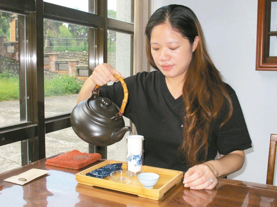 七年級生張欣柔承接家中茶行生意,致力於推廣貓空茶文化。 記者郭逸君/攝影