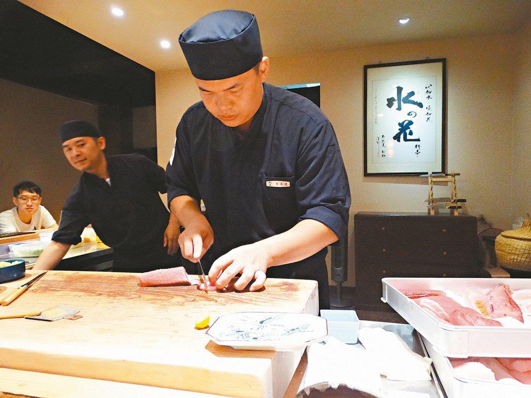 日本料理師傅李昆達兩年前返鄉開店,利用社群擴大顧客群。 記者顏彙燕/攝影