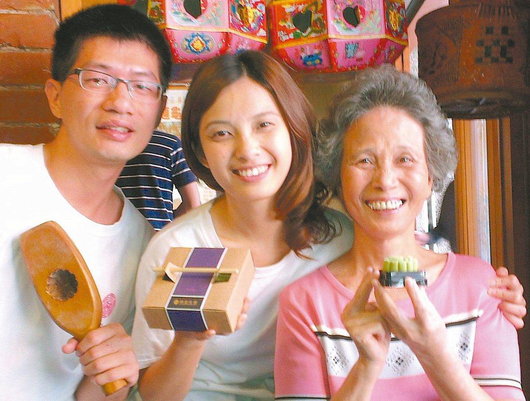 林金生香餅鋪第五代林宜勳(中)、夫婿林玉凡(左),傳承第三代林董換(中)製餅的堅...