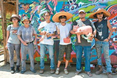 導演林福清(左三)舉辦「偶的嘉年華會」,號召藝術家進駐家鄉左鎮創作「偶」,要再偶...