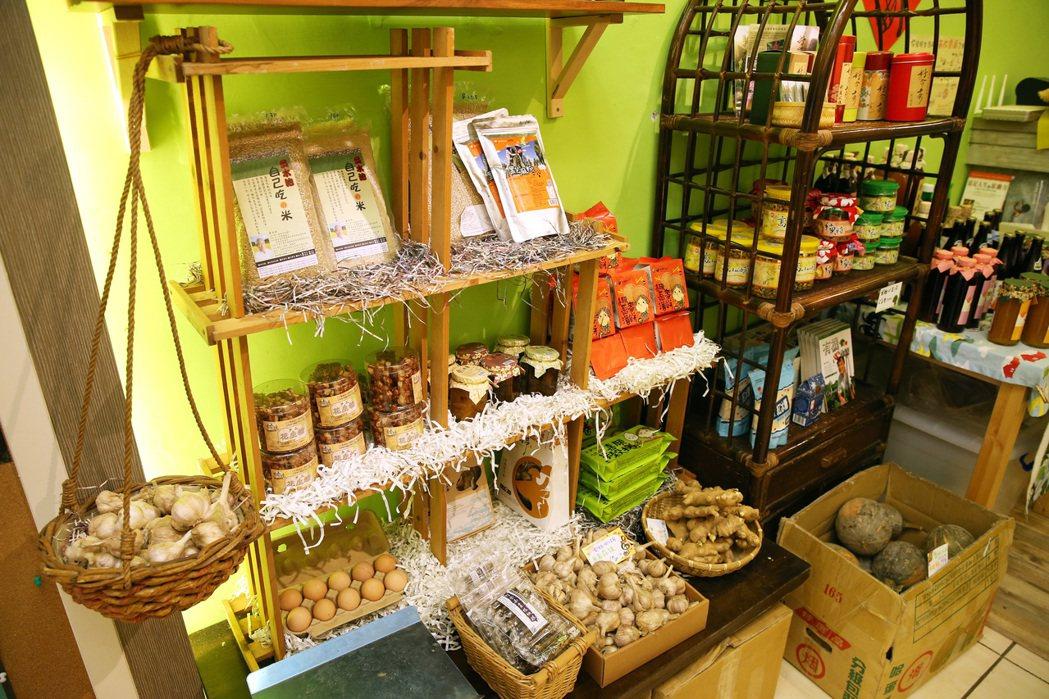 「呷米共食廚房」販售小農的當季食材及友善環境的加工食品。 報系資料照