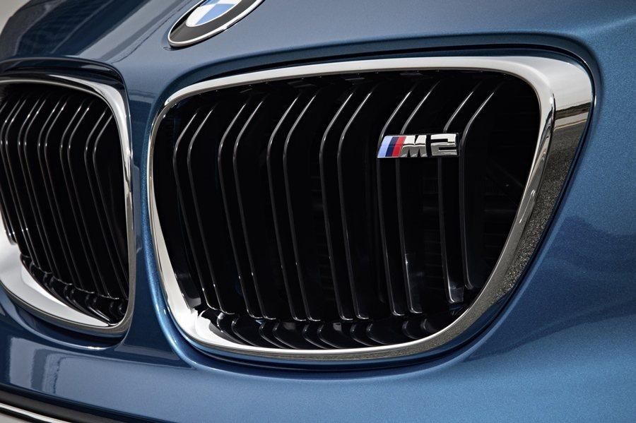 M2 Coupe外型和內裝具備許多M特質, 水箱護罩上有M2的徽記。 圖/BMW...