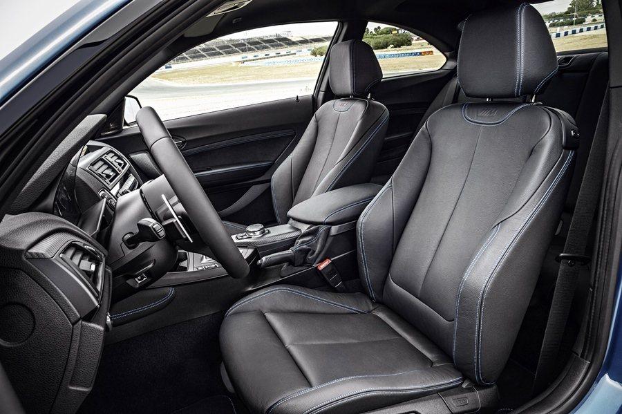 座椅為M款跑車化座椅,頭枕上有M字樣的壓紋徽飾。  圖/BMW提供